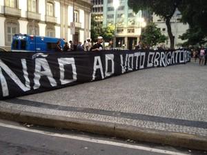 Faixa voto obrigatório (Foto: Luis Bulcão/G1)