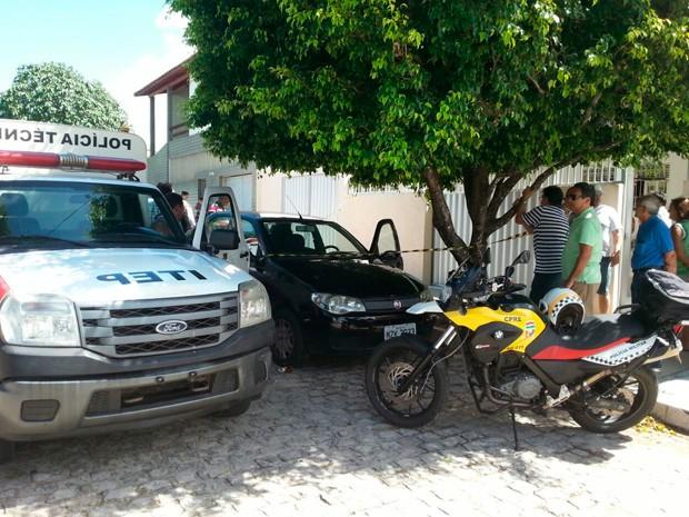 Idoso morreu na calçada de casa no bairro Candelária, em Natal (Foto: Hugo Andrade/Inter TV Cabugi)