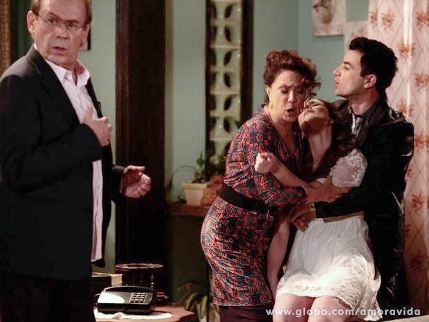 Gina desmaia ao pensar que se relacionava com o pai (Foto: Pedro Curi/TV Globo)