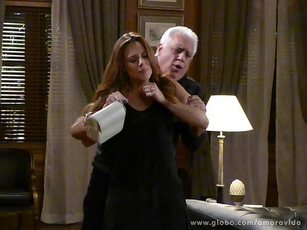 César tenta acalmar Paloma, mas ela está revoltada (Foto: Amor à Vida / TV Globo)