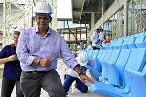 Mauricio Guimarães secretário da Copa em Mato Grosso nas cadeiras da Arena Pantanal (Foto: Robson Boamorte)