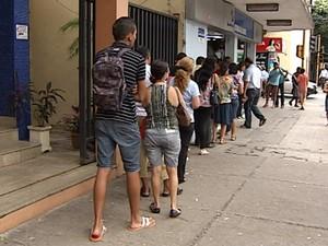 Na manhã desta quarta-feira (6), nem a chuva fina que caiu em Valadares afastou os apostadores das filas nas lotéricas. (Foto: Reprodução/InterTV)
