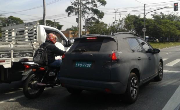 Peugeot  2008 roda camuflado em São Paulo (Foto: Autoesporte)