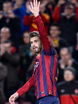 Piqué comemora o gol do Barcelona (Foto: AP)