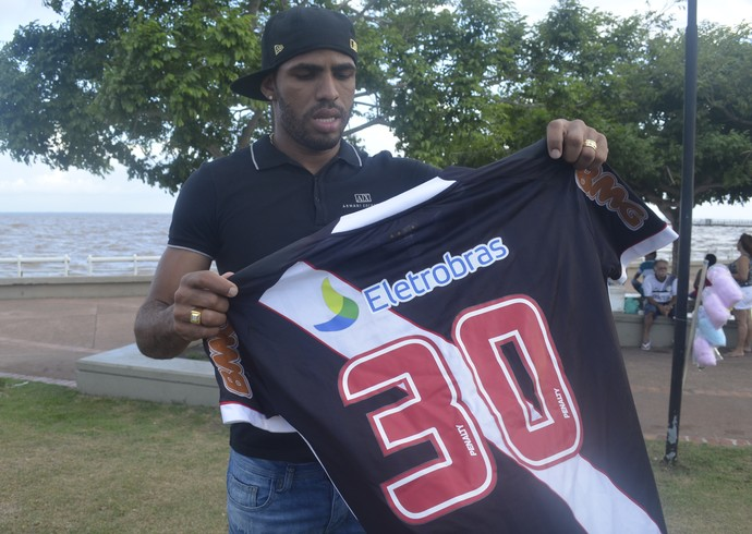 Patrick com a camisa 30 do Vasco (Foto: Wellington Costa/GE-AP)