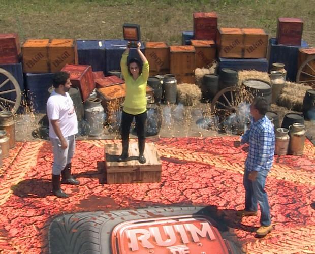Tatá Werneck levou o troféu Roda Quadrada (Foto: Caldeirão do Huck/TV Globo)