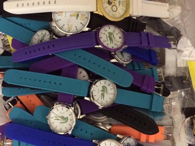 78476f5b0d3 Relógios foram apreendidos no Camelódromo do Recife (Foto  Divulgação  Polícia Civil)