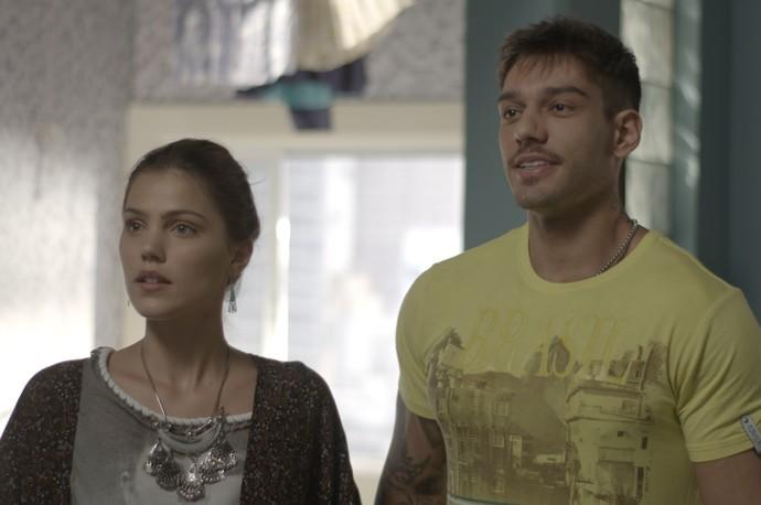 Alina e Uodson não querem sair do quarto (Foto: TV Globo)