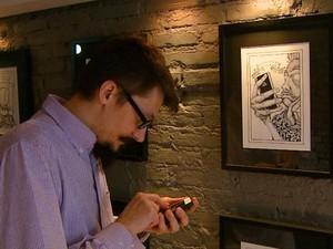 """""""O controle social é seguido a todo momento, por exemplo, o celular"""", diz o quadrinistra (Foto: Ely Venâncio / EPTV)"""