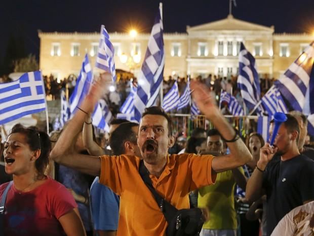 Partidários do 'não' comemoram resultado do referendo na praça Syntagma, em Atenas (Foto: Marko Djurica/Reuters)