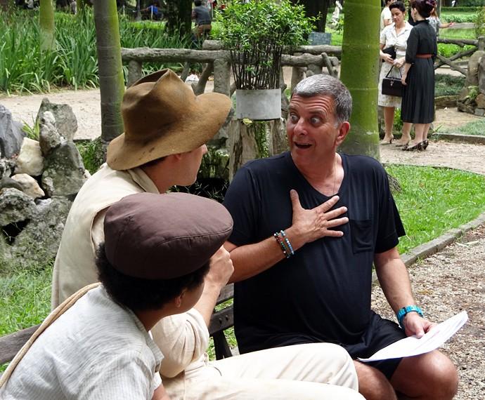 Jorge Fernando dirige Sérgio Guizé e JP Rufino em 'Êta mundo bom' (Foto: Walter Dhein/Gshow)
