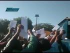 Operários jogam currículos por cima de tapume em 'disputa' por emprego