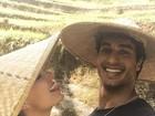 Isis Valverde posta foto divertida com o namorado na Indonésia