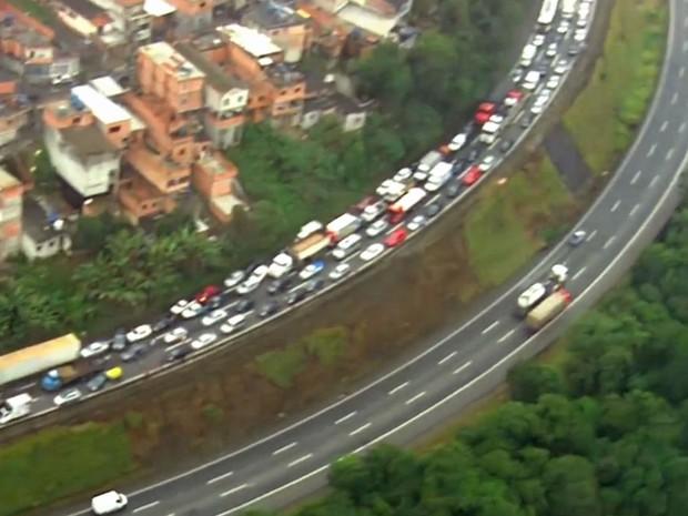 Acidente provocou congestionamento na Fernão Dias (Foto: TV Globo/Reprodução)