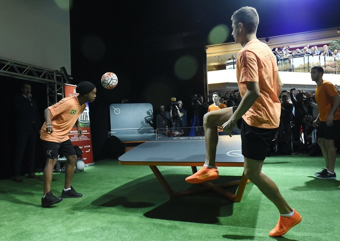 Ronaldinho joga teqball (Foto: AP)