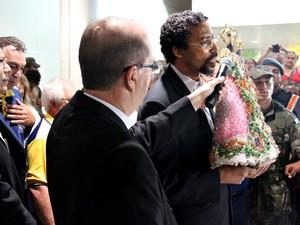 Arcebispo de Manaus recebeu imagem da Nossa Senhora de Nazaré (Foto: Jamile Alves/G1 AM)