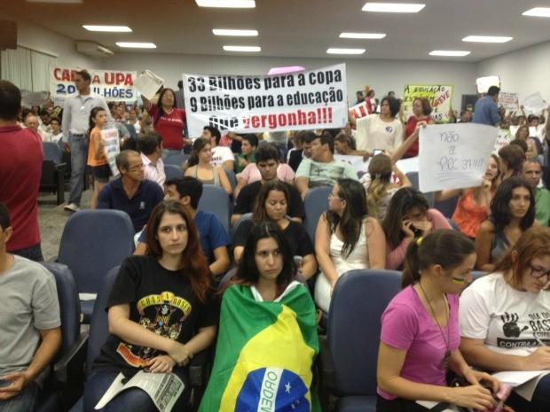 Manifestantes dentro da câmara de vereadores (Foto: Magda Oliveira/G1)