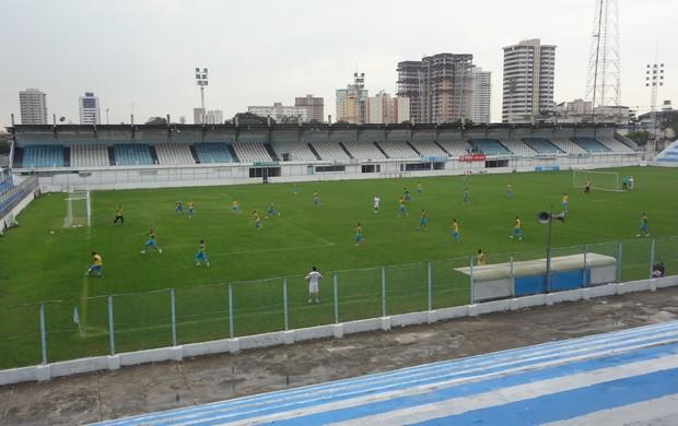Após o treino físico, o auxiliar-técnico Lecheva realizou um recreativo com os jogadores (Foto: GLOBOESPORTE.COM)