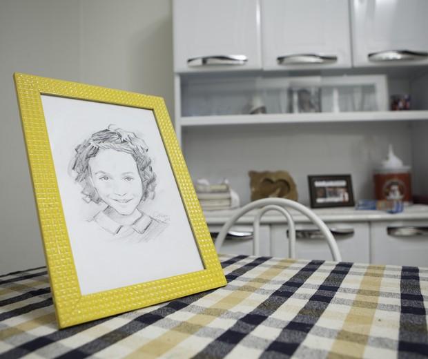 O retrato de Emanuely: a lama não poupou as fotos de família (Foto: Raoni Maddalena)