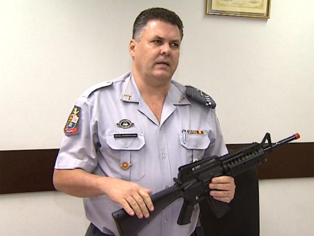 Coronel Renato Armando Alves mostra arma de brinquedo utilizada pelo policial em Ribeirão Preto (Foto: Chico Escolano/EPTV)
