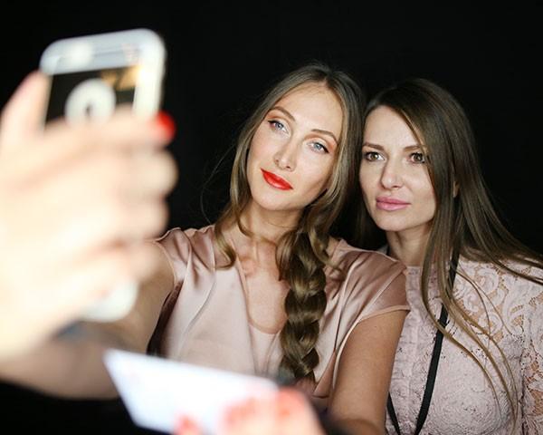 A luz do celular causa envelhecimento precoce e manchas (Foto: Getty Images)