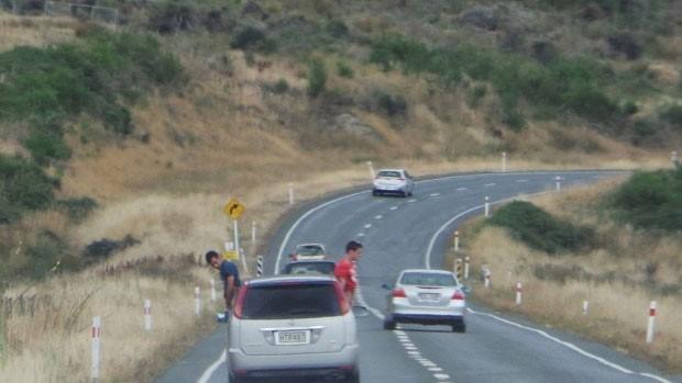 Dupla foi flagrada urinando pelo vidro enquanto carro estava a 100 km/h na Nova Zelândia (Foto: Reprodução/Facebook/Brocodenz)