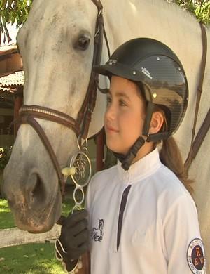 Mel Castelar tem um amor por cavalos desde o primeiro ano de idade (Foto: Reprodução/TV Verdes Mares)