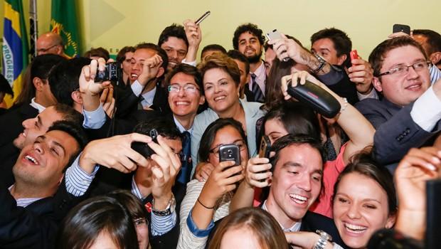 Dilma posou para selfies com bolsistas do Ciência sem Fronteiras durante solenidade no Palácio do Planalto (Foto: Roberto Stuckert Filho/PR)
