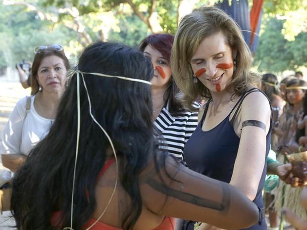 Princesa teve o corpo pintado por indígena Xerente (Foto: Elias Oliveira/Secom)