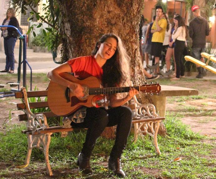 Tiê faz participação especial em cena romântica de 'I Love' (Foto: Ariane Ducati/Gshow)