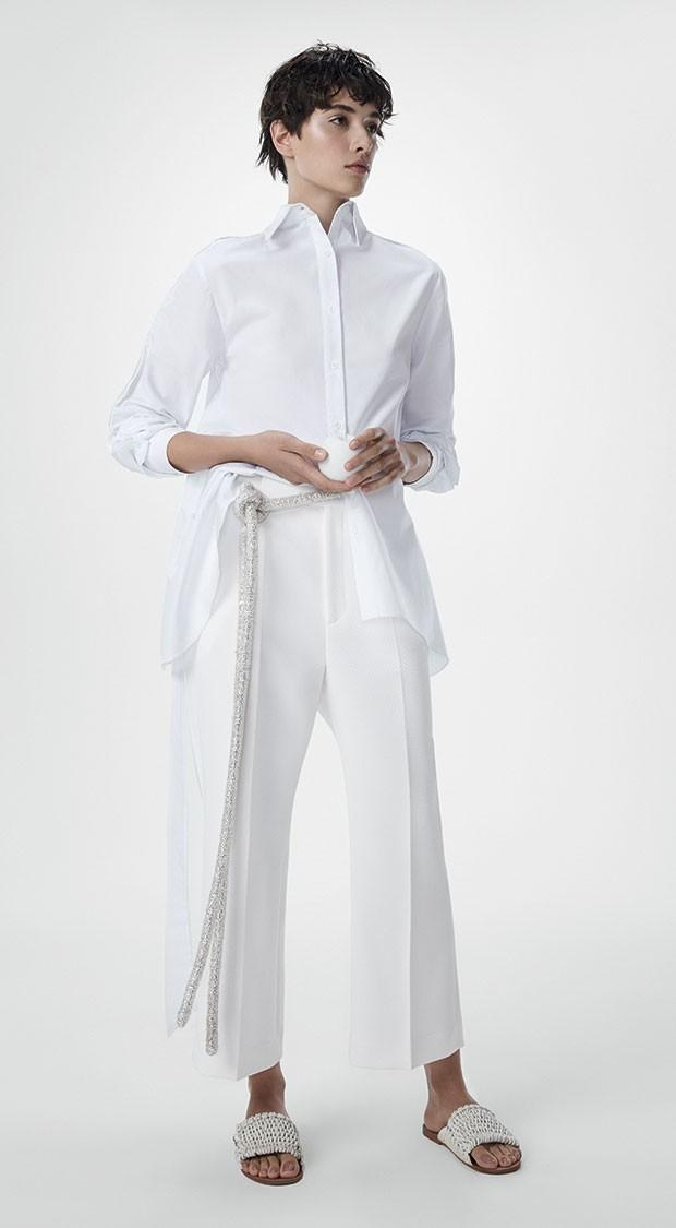 Camisa Two Denim, R$ 989. Calça Chanel, a partir de R$ 8.440. Cinto Apartamento 03, preço sob consulta. Sandálias Cris Barros, R$ 998 (Foto: Rodrigo Bueno (SD MGMT))