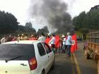 Integrantes do MST fecham PR-170 durante protesto em Guarapuava