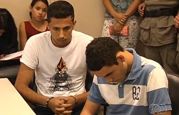 Thaygo e Alison durante a audiência de instrução para o julgamento (Foto: Reprodução/TV Anhanguera)