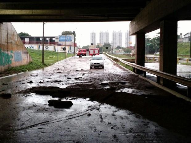 Marginal Botafogo, em Goiânia, tem trecho interditado após estragos da chuva (Foto: Reprodução/TV Anhanguera)