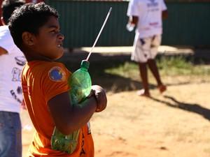 No experimento do menino, canudo é lançado como foguete (Foto: Charles Vieira/Divulgação)