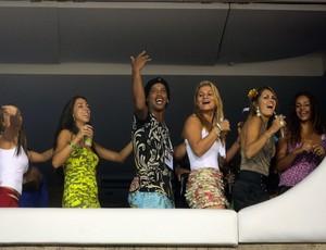 """BLOG: """"Bora beber"""": Ronaldinho faz abadá para curtir Carnaval com amigos no Rio"""