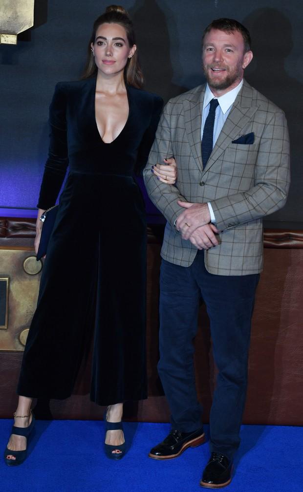 Guy Ritchie e a esposa Jacqui Ainsley em première de Animais fantásticos e onde habitam, na Europa  (Foto: AFP / Agência)