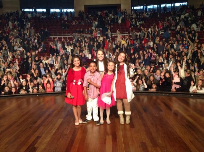 Rafa Gomes estreou nos palcos ao lado dos amigos Kaliny Rodrigues, Carol Passos, Pérola Crepaldi e Igor Silveira (Foto: Divulgação/RPC)