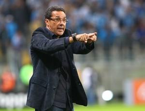 Vanderlei Luxemburgo orienta Grêmio contra o Vitória (Foto: Lucas Uebel/Grêmio FBPA)