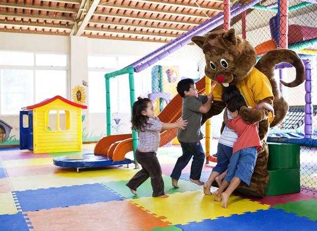No Kids Club, as crianças se divertem com o mascote do hotel  (Foto: Divulgação)