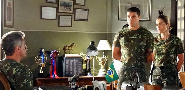 Érica defende Théo diante do coronel Nunes (Foto: Salve Jorge/TV Globo)