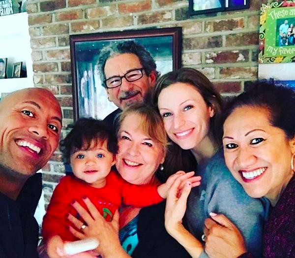 O ator The Rock com a esposa, a filha e os sogros (Foto: Instagram)