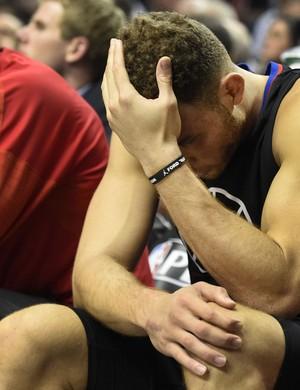 Blake Griffin lamenta as dores durante derrota para o Portland (Foto: Getty Images)