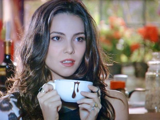 Marina fica sem reação ao ver Clara de lingerie (Foto: Em Família/TV Globo)