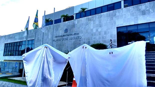 'Fantasmas' protestaram contra o alto número de cargos comissionados na Assembleia do RN (Foto: Francisco Nascimento)