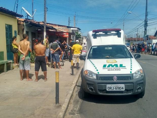 IML foi acionado para recolher o corpo da vítima (Foto: Marcio Chagas/G1)