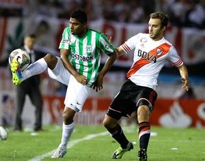 Luis Ruiz e Pezzella, River Plate X Atlético Nacional (Foto: Agência AP )
