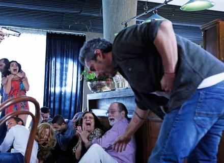Romero leva tiro ao tentar impedir que Tóia seja violentada