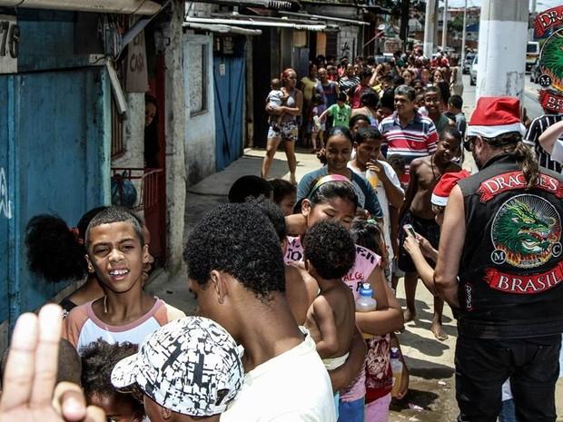 No ano passado, Dragões Motoclube fez doação de brinquedos em favela de Guaianases (Foto: Douglas Moreira da Silva/Dragões Motoclube)