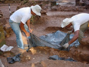 Historiadores acredita, que restos mortais são de militares, foram encontradas botões de fardas e cruzes de malta (Foto: Gabriel Penha/G1)